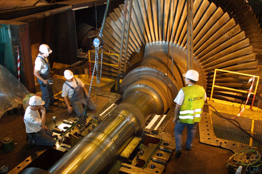Maintenance d'une turbine nucléaire. Photo : ALSTOM Alstom : Maintenance of a nuclear power turbine. Photo : Alstom